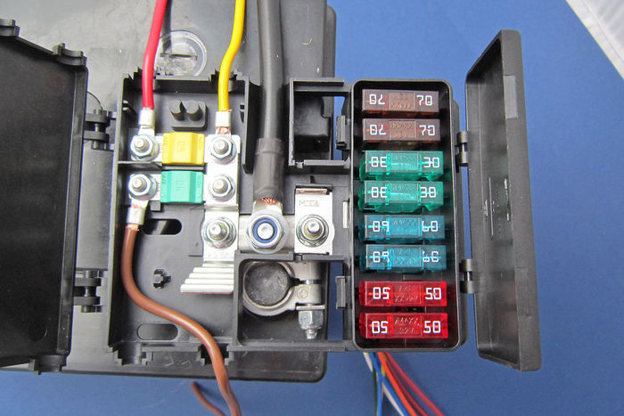 Battery mounted fusebox